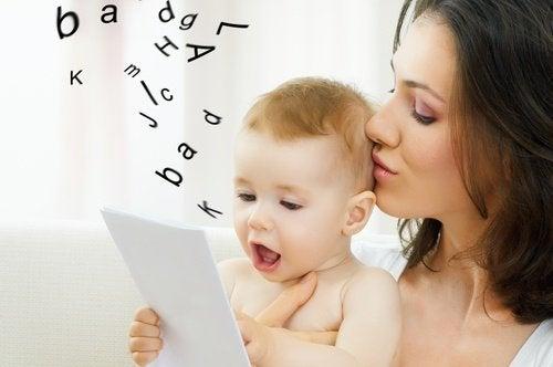 아기가 말하기를 배울 수 있도록 돕는 활동 동화 읽기