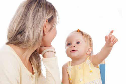 아기가 말하기를 배울 수 있도록 돕는 활동