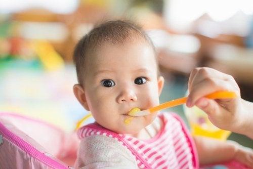 아기에게 먹이면 안 되는 음식 7가지