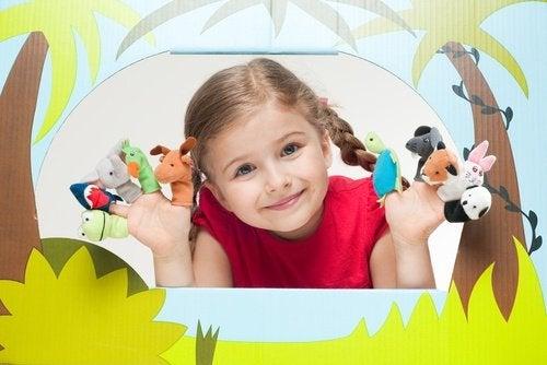 아기가 말하기를 배울 수 있도록 돕는 활동 인형 놀이