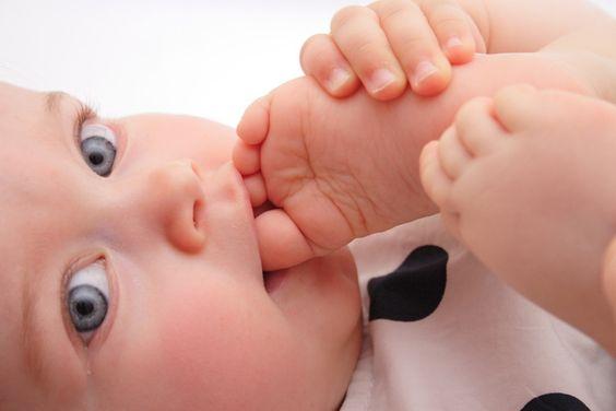 맨발인 아기가 더 행복하고 똑똑할까?