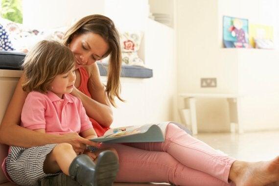 엄마와 책읽는 사진