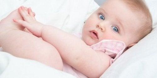 맨발인 아기