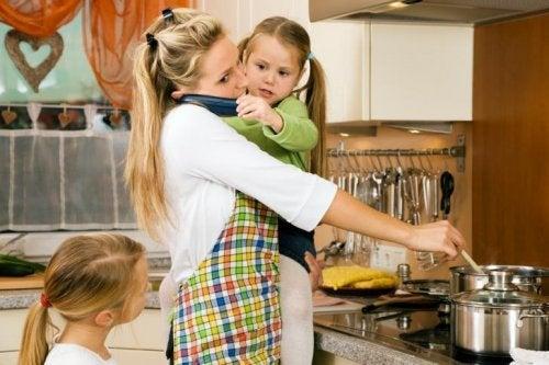 아이를 안고 요리하는 사진