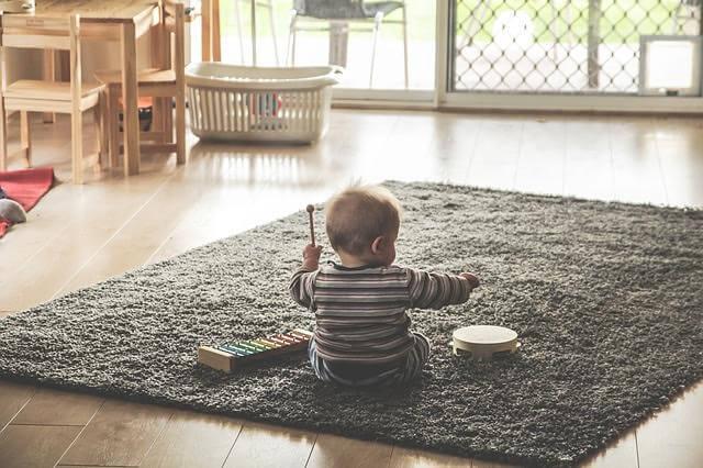 왜 아기들은 모든 것을 바닥에 던지나요?