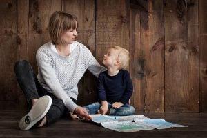 엄마와 아이가 서로 마주보고 웃기