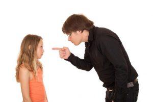 여자아이에게 손가락질을 하고 있는 남자