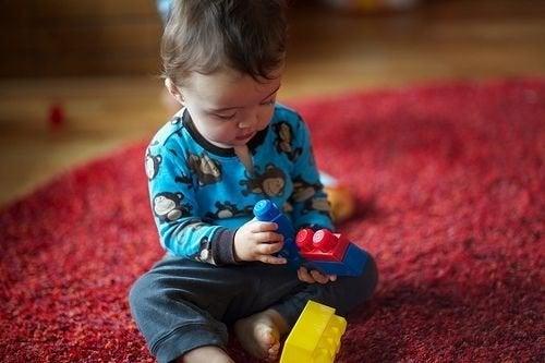 블록 놀이를 하는 아이