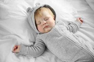 대자로 잠든 아기