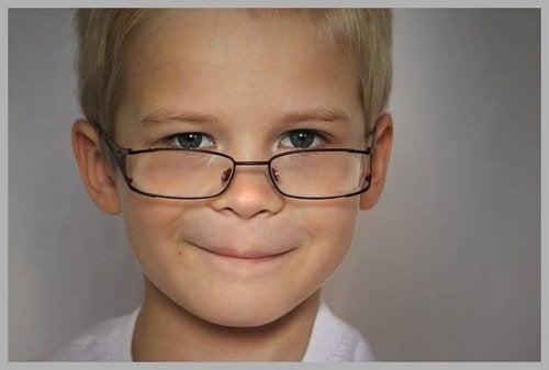 안경 쓴 아이