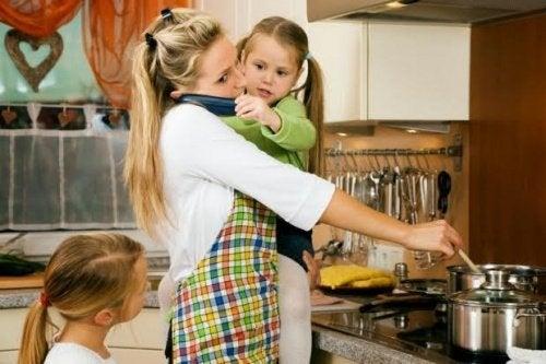 육아와 요리로 바쁜 엄마