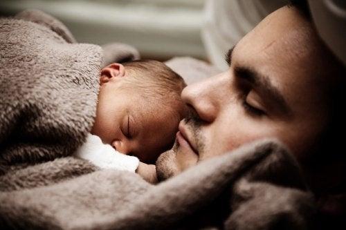 아빠 품에서 잠든 아기
