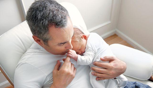 아이를 안고있는 아빠의 모습