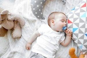 아기가 밤에 쭉 자게 만드는 방법