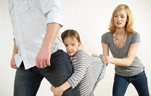 아빠의 다리에 매달린 아이