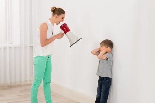 오렌지 코뿔소: 아이에게 소리지르기를 멈추는 방법
