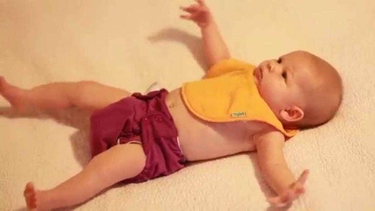 모로반사 침대에 누워있는 아이