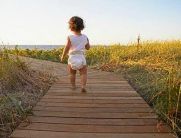 아기가 걷는 데 도움이 되는 3가지 연습