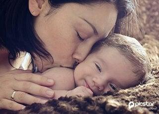 아기에게 키스하는 엄마
