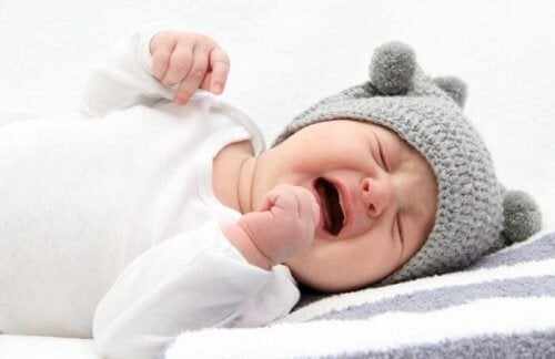 아기가 우는 사진