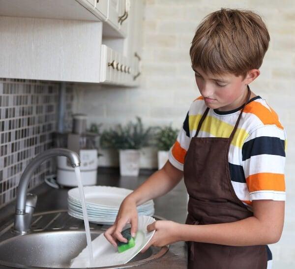 아이가 설거지 하는 사진