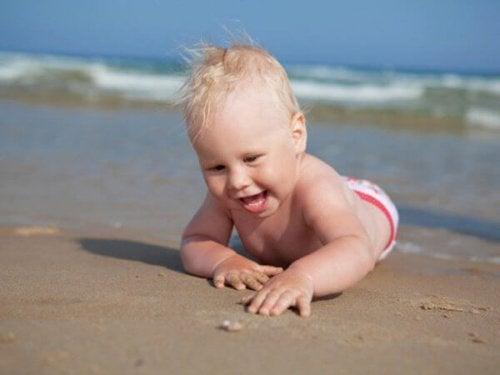 이리저리 탐험을 시작한 생후 8개월 아기를 대하는 방법
