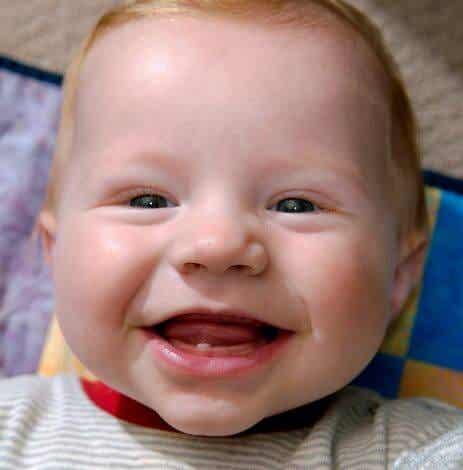 아기의 첫 번째 젖니가 날 때 나타나는 증상 6가지