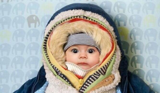 옷에 둘둘싸인 아기