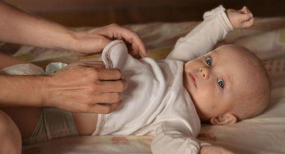 잠든 아기를 깨워서 기저귀를 갈아야 할까?