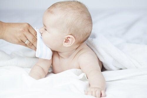 아기의 막힌 코를 뚫어주는 방법