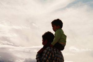 아이를 무등 태우고 있는 아빠 아빠 역할