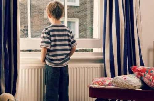 열쇠아동: 아이를 집에 혼자 두면 발생하는 문제