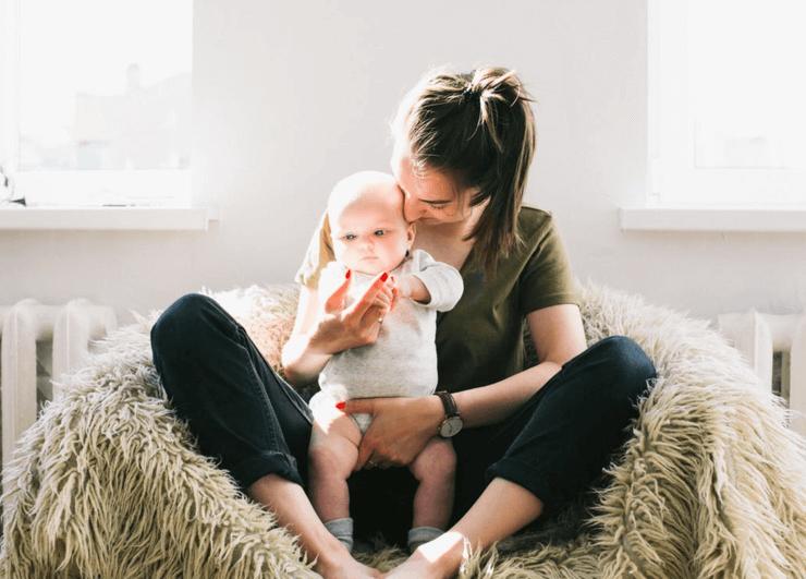 엄마와 아이아기가 우유를 먹다 기도가 막혔을 때