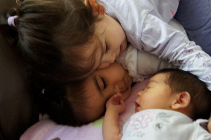 새로 태어난 동생을 향한 질투심을 극복하도록 돕는 방법