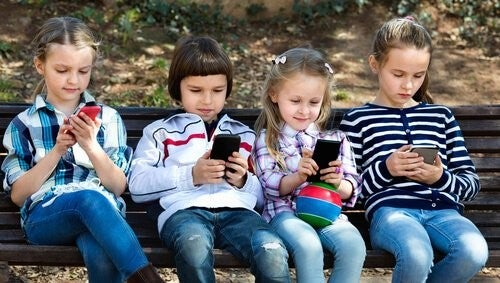 만 12세 이전에 스마트폰을 사용해서는 안 되는 이유