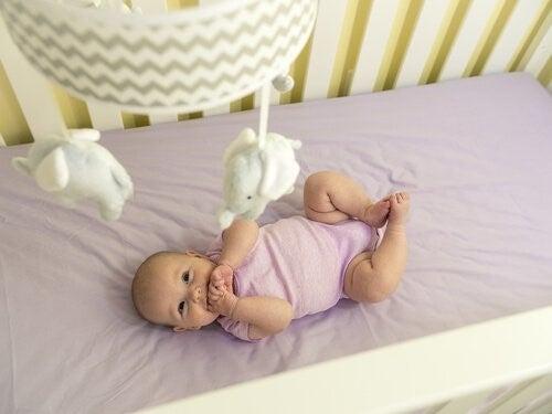 생후 3개월 아기의 생활: 운동 능력 및 감각 발달