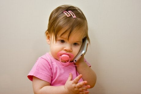 아직 말문이 트이지 않은 아기, 언제까지 괜찮을까?