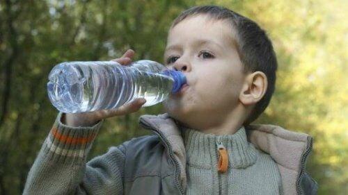 아기는 물을 언제부터 마셔야 할까?