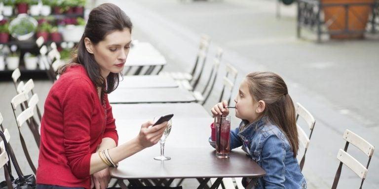 당신의 휴대폰 중독은 아이를 아프게 한다