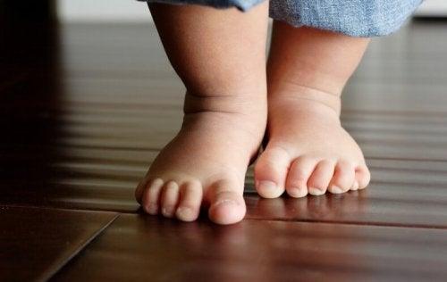 아이가 집 안에서 맨발로 다녀도 괜찮을까?