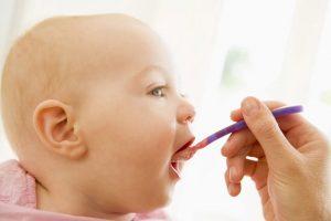 으깬 음식은 이제 그만: 아이 주도 이유식의 이점