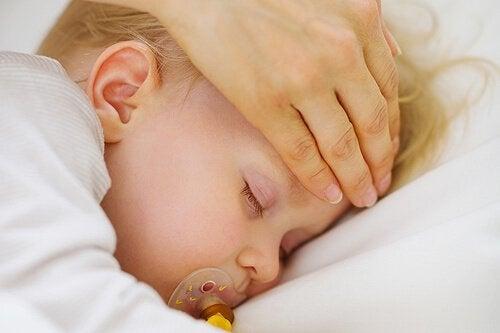 아기의 열을 내리는 간단한 방법 9가지