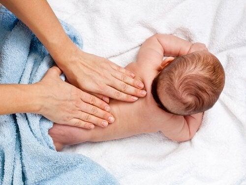 아기 마사지: 성장 발달을 위한 12가지 유익한 효과