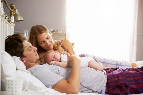 출산 후 부모의 수면 시간은 어떻게 바뀔까?