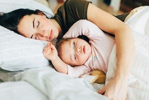 아기와 함께 자면 무엇이 좋고 나쁠까?