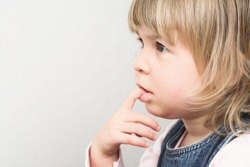왜 아이가 손톱을 물어뜯을까?