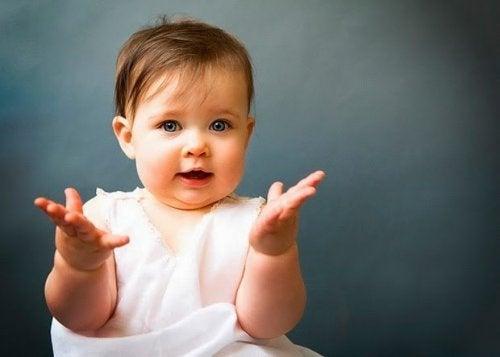 아기에게 몸짓 언어를 가르치기
