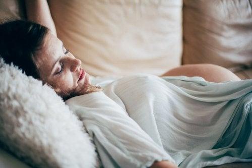 임신 중 필요한 휴식을 취할 수 있는 4가지 수면 자세