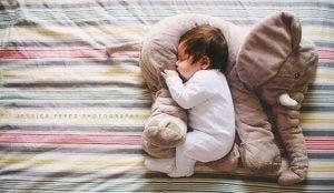 왜 아이가 어둠 속에서 자는 것이 더 나을까?