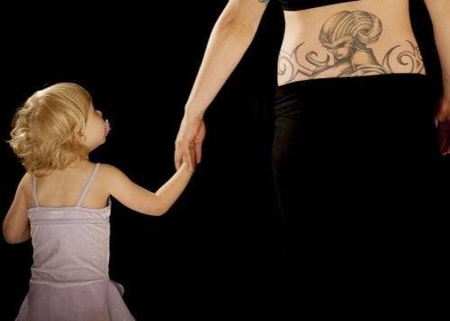 아이 이름이 들어간 문신을 새기는 9가지 아이디어